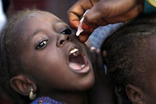 Ein Kind in Nigeria wird gegen die gefährliche Kinderkrankheit Polio geimpft. AP