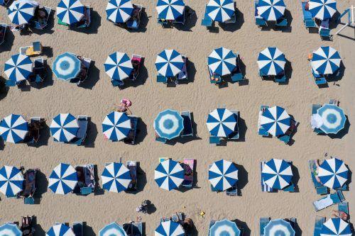 Ein Luftbild zeigt Liegestühle am Strand von Durres (Albanien). Wegen Corona ging die Zahl der Touristen um 60 Prozent zurück. AFP