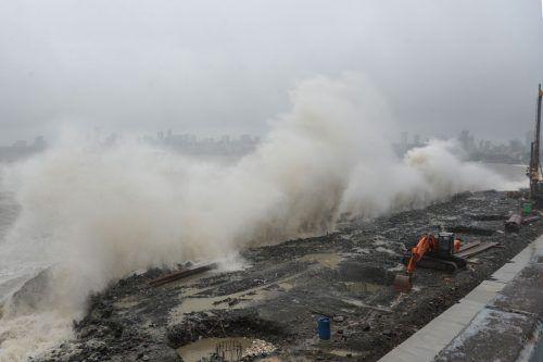 Eine Barriere schützt die Promenade in Mumbai vor Überschwemmungen. AFp
