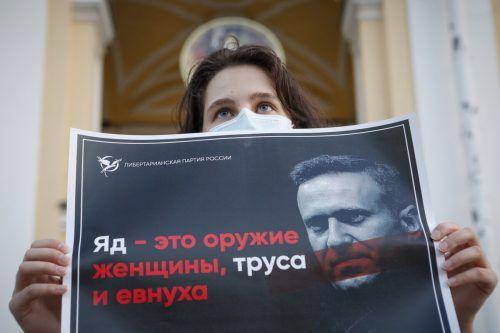 Eine Frau bekräftigt in St. Petersburg ihre Unterstützung für Nawalny. AP
