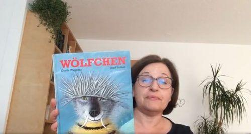 """Elfriede Fa liest in ihrem Video aus dem Bilderbuch """"Wölfchen"""" vor."""