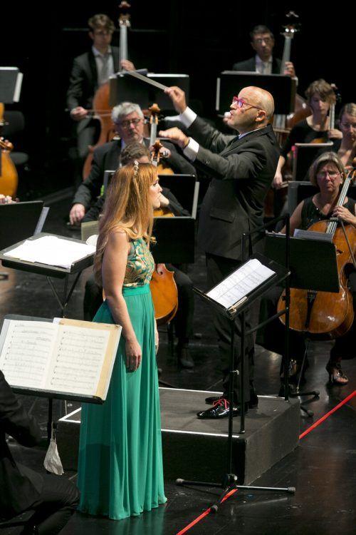 Enrique Mazzola mit dem Symphonieorchester Vorarlberg und Sopranistin Mélissa Petit im Bregenzer Festspielhaus. FEstspiele/Mathis