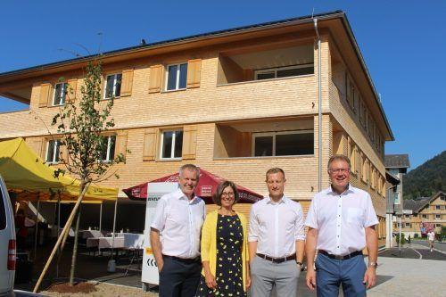 Ergänzung für die Wohnanlage: das neue VLV-Büro, zu dem Dir. Sturn (l.) Norbert Bereuter (r.) und seinem Team gratulierte. stp/2