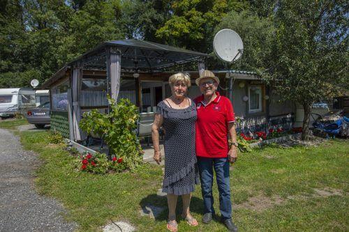 Erna und Jimmy vor ihrem Domizil auf dem Campingplatz Weiss. VN/Paulitsch