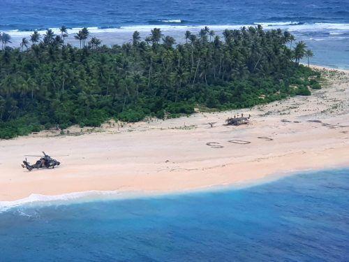 Flugzeuge entdeckten das SOS-Zeichen am Strand von Pikelot. Reuters