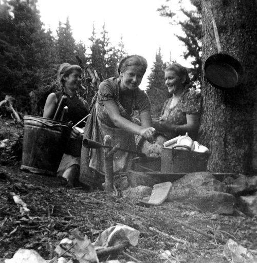Frauen auf der Alpe Oswald im Jahre 1942.