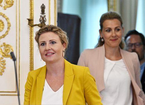Frauenministerin Susanne Raab (l.) und Arbeitsministerin Christine Aschbacher setzen bei Frauenbeschäftigung auf die AMS-Arbeitsstiftung. APA
