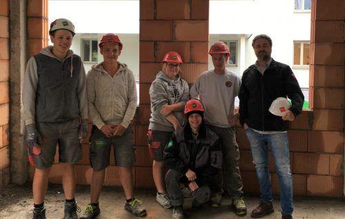 Fünf Tomaselli-Gabriel-Lehrlinge waren kürzlich auf der Lehrlingsbaustelle in Nenzing im Einsatz.Tomaselli Gabriel