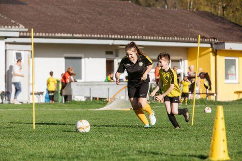 Fußballtrainerin beim SC Hatlerdorf - ein Beispiel für jugendliches Engagement. aha