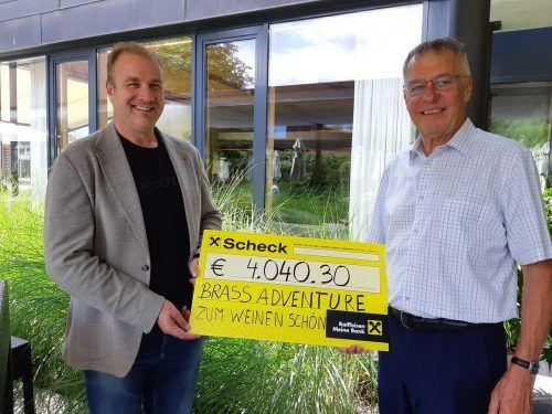 Georg Comploj (r.) konnte für den Rotary Club Bludenz den Scheck von Thomas Ludescher entgegennehmen.