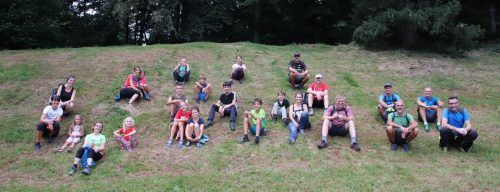 Gruppenfoto mit Abstand: Gemeinsames Wandern für Groß und Klein.