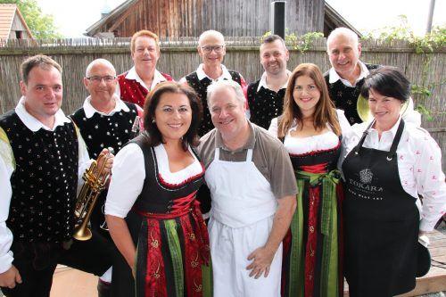 """Hanspeter Tauber mit Schwester Christine sowie mit dem Ensemble """"KrainerBluat"""". nam/4"""