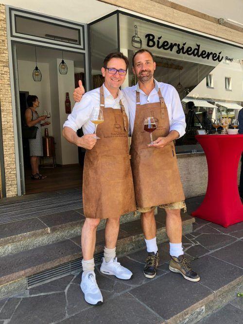 Heinz und Jörg Tiefenbacher stießen am Eröffnungstag auf eine erfolgreiche gemeinsame Zukunft an.Privat