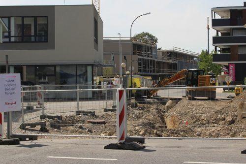 """Hinter Bauzäunen und Baumaschinen werden die Konturen des """"neuen"""" XXXLutz in Lauterach immer deutlicher sichtbar. STP"""