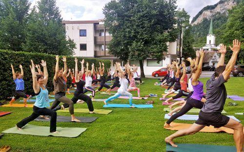 Im August und September findet das Schlossplatz-Yoga statt. Gemeinde