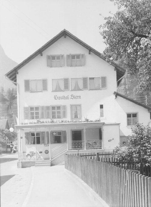 Im Gasthaus Stern in Bürs fand am 27. Jänner 1895 die Versteigerung von Realitäten des Jakob Neyer statt. Sammlung Risch-Lau, Ansichtskartensammlung, Vorarlberger Landesbibliothek