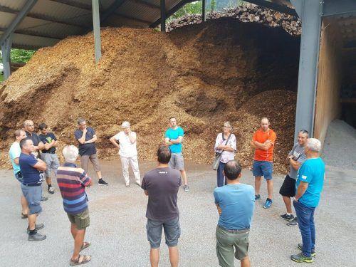 Im Hinblick auf die geplante Sanierung der Mittelschule in Satteins besichtigte der Energie- und Umweltausschuss der Gemeinde zwei Biomasseheizwerke in der Umgebung. Gemeinde
