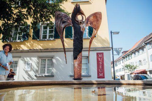 Installierung der Skulptur von Günter Blenke am Vorabend des Festes der Kulturen am 8. August in Hohenems. Sams