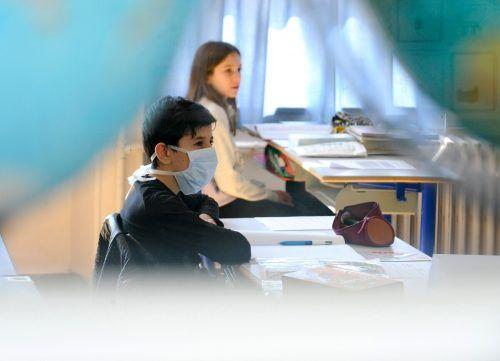 """Je nach Ampelfarbe könnte eine Pflicht zum Mund-Nasen-Schutz bestehen. Während des Unterrichts hält das Faßmann aber für """"absurd"""". AFP"""