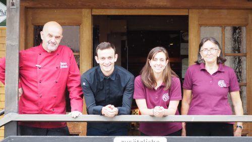 Josef Kaufmann und Angelika Breuss (Mitte) werden im Frühjahr den Hirschen von ihren Eltern Hans Jakob und Anneliese Kaufmann übernehmen.Christof Egle