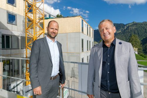 JUFA-Chef Gerhard Wendl ist zur Firstfeier seines neuen Hotels aus Graz angereist.