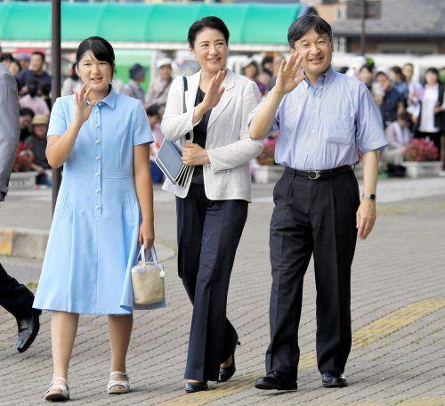 Kaiser Naruhito, Kaiserin Masako und Kronprinzessin Aiko (links) winken in Nasushiobara, Präfektur Tochigi, den Passanten.AP