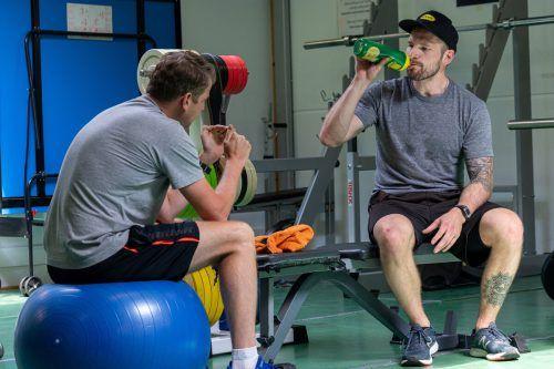 Kevin Macierzynski (rechts) im täglichen Austausch mit Athletiktrainer Simon Sengele.Bulldogs