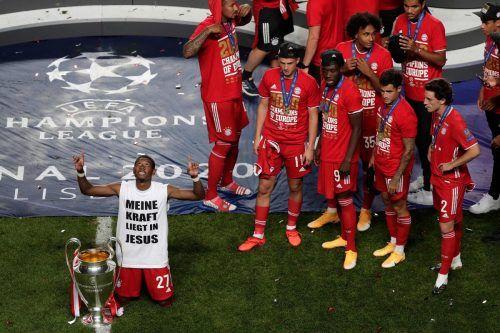 Kniend und die Augen gen Himmel gerichtet, so genoss David Alaba die Momente mit dem Henkelpott im Stadion von Lissabon.afp