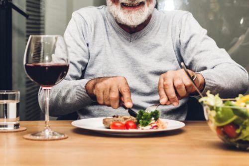 Kurz nach dem Start im März musste das Angebot des Senioren-Mittagstisches eingestellt werden. Kommende Woche geht es wieder los. Shutterstock