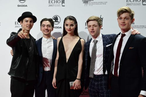 (L-R) Tim Oliver Schultz, Ivo Kortlang, Luise Befort, Timur Bartels and Damian Hardung arrive for the 2017 Echo Music Awards in Berlin, on April 6, 2017. / AFP PHOTO / Tobias SCHWARZ