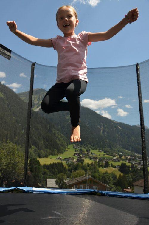 Lea Werle ist eine Sportskanone. Das Mädchen fühlt sich nicht nur auf dem Trampolin wohl, sondern auch auf dem Eis und auf Pferden.