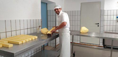 Leo Altschreiter ist mit dem Buttern beschäftigt.
