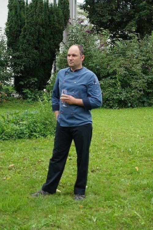 Michael Scheiber führte durch den Grillkurs bei Sigi Wohlgenannt.