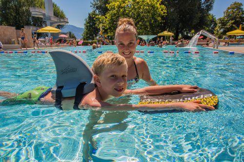 Mit dem richtigen Sonnenschutz, der auch wasserfest sein sollte, steht solchen Badefreuden absolut nichts mehr im Wege. vn/steurer