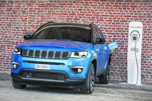 Mit den Plug-in-Hybridvarianten von Renegade und Compass bietet der US-Hersteller Jeep erstmals batteriegetriebene Antriebe an. Das Antriebslayout ist bei beiden Modellen gleich: An der Vorderachse arbeitet ein Benziner, hinten ein Elektro-Motor. Zwei Varianten der Strom-Jeeps sind zu haben, die Systemleistung liegt jeweils bei entweder190 PS oder kräftigen 240 PS.