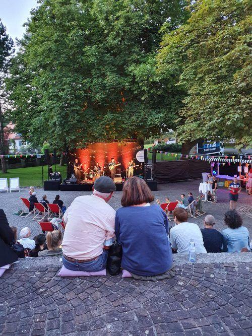 """Mit etwas Abstand zwischen den einzelnen Gruppen genossen die Besucher die Darbietungen von """"Sommer im Park"""".Dornbirn Tourismus"""
