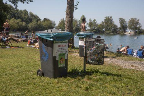 Mülleimer gibt es am Wocherhafen nicht wenige. Es strömen aber derzeit mehr Menschen als üblich an den See. VN/Hartinger
