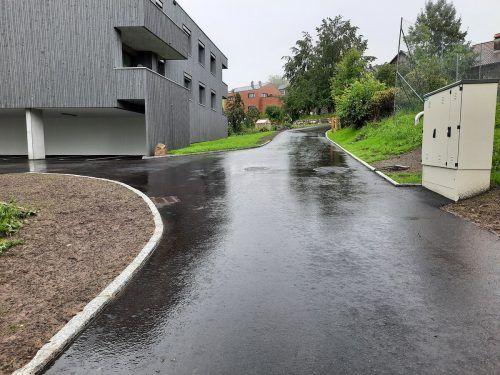 Nach der Asphaltierung der Zufahrt können die zwölf gemeinnützigen Wohnungen bald bezogen werden. Gemeinde