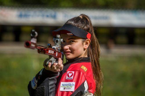 Nach drei Bewerben im RWS-Cup konnte sie den Wanderpokal in die Höhe stemmen: Sheileen Waibel von der Schützengilde Hohenems.PAULITSCH