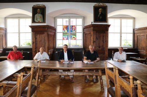 Im Rathaussaal von Feldkirch wurde der Vertrag unterzeichnet. Bürgermeister Wolfgang Matt spricht von einem zukunftsorientierten Projekt.  Stadt