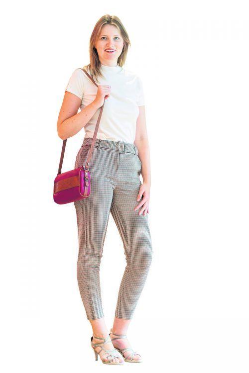 Natürlich              Juliane aus Hohenems trägt ein Outfit von Esprit in Schwarzach. Hose (59,99), Shirt (49,99) und Tasche (49,99).               VN/Stiplovsek