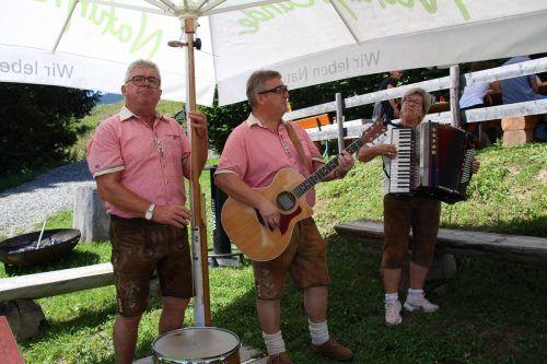 Paul Hehle, Norbert Erath und Uschi Erath spielten am Vorderälpele auf. HE