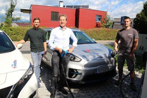 Philipp Österle (illwerke/vkw AG), Rainer Hartmann (Geschäftsführer E-Werke Frastanz) und Christian Oberhauser testeten die neue Station gleich aus. Heilmann (2)