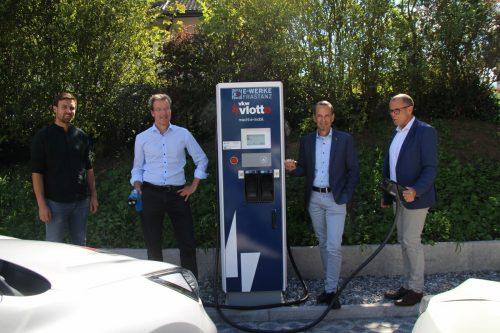 Philipp Österle (Illwerke/VKW), Rainer Hartmann (GF E-Werke Frastanz), Markus Prünster (Vorstand Raiba) und Bürgermeister Walter Gohm bei der offiziellen Inbetriebnahme. HE