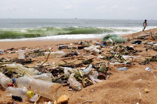 Plastik, das in der Natur landet, zerfällt dort langsam in immer kleinere Bestandteile. Die Partikel gelangen in Flüsse und Seen, das Meer, die Böden und auch die Atmosphäre. Reuters