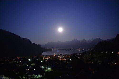 Pro Jahr wächst der Abstand von der Erde zum Mond um vier Zentimeter.apa