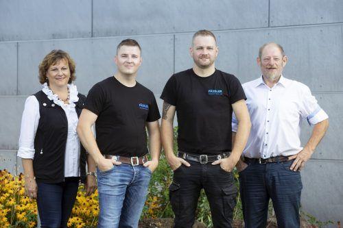 Pünktlich zum 25-jährigen Jubiläum übernehmen Ralf (Mitte links) und Gerald Fässler (M.r.) das Installationsunternehmen von Karin und Wolfgang Fässler. lisa mathis