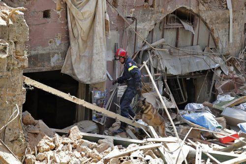 Rettungshelfer suchten weiter nach Überlebenden. Noch immer werden dem Roten Kreuz zufolge rund 100 Menschen vermisst. AP
