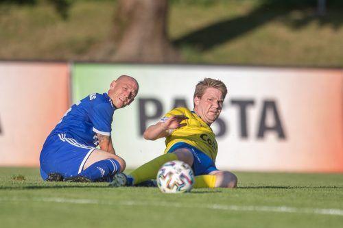 Röthis-Spielertrainer Mario Bolter (l.) und sein Team lieferten den Hohenemsern eine harte Schlacht.Sams