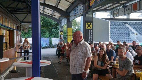 Rund 150 interessierte Fans fanden sich auf der Terrasse des Klubheims in der Cashpoint-Arena ein, um Antworten auf ihre Fragen zu erhalten.werner